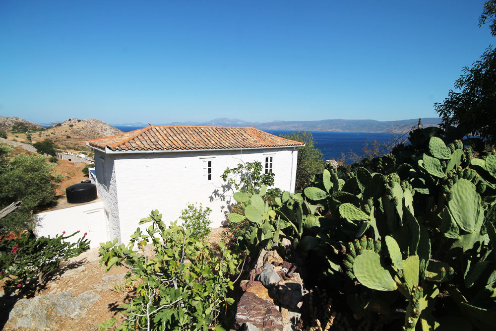 A lovely traditional house in Kamini, with a large garden and fantastic sea views.