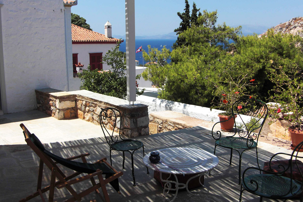 5 bedrooms, sleeps 11, 3 bathrooms, garden, terraces, village, near the sea