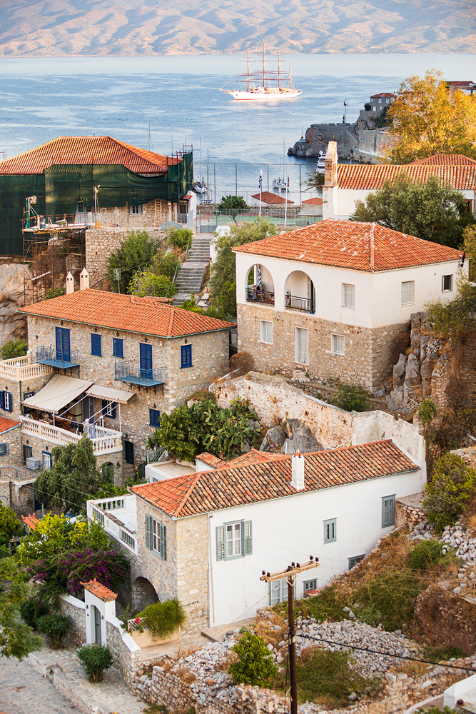A wealthy Captain originally built this unique villa in the historical town of Hydra in 1883, but late in the 1980s the building was destroyed by a fire. 