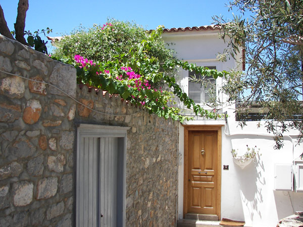 A very well presented maisonette in the Avlaki region of Hydra, close to the coast road and an easy walk to the port.